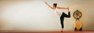 Yogadocent in yoga-houding