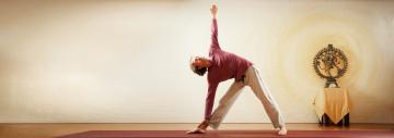 Yogadocent Michiel in yoga-houding Driehoek